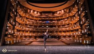 Les danseurs Nara Cho et Kathy Rui se familiarisent à la scène du Four Seasons Centre for the Performing Arts à Toronto. D'une construction inspirée par les grands opéras européens, l'auditorium de 5 niveau et en fer à cheval fut construit pour que la scène soit parfaitement visible et au plus près possible des 2 000 sièges qu'il contient. (Photo du Premier danseur Kenji Kobayashi)