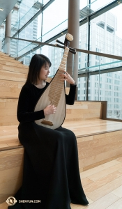 Yuru Chen takes advantage of the natural light to practice. The pipa has only four strings but is able to create a variety of sounds. Do you think it looks a bit like a guitar? One of Shen Yun's pipa players wants to tell you a bit more about the pipa. Check it out <a href=