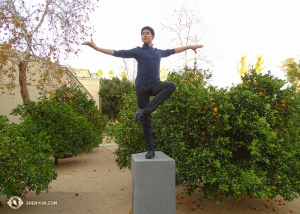 Recently, the Shen Yun New York Company visited Escondido, California for three performances. While enjoying the warm weather, Principal Dancer Danny Li became a statue amidst orange trees. (Photo by dancer Tony Zhao)