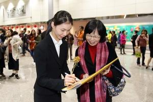 La prima ballerina Jaling Chen firma un autografo