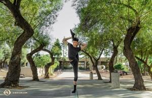 亞利桑那圖森的兩場滿場演出後,舞蹈演員黃瑞倫在劇場外樹叢間一展身姿。(攝影:小林健司)