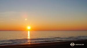 神韻世界藝術團在弗吉尼亞的三場演出爆滿。演出次日,演員們早早起床,準備驅車10小時前往羅德島。出發前他們在弗吉尼亞海灘拍攝了日出美景。(攝影:董美婧)