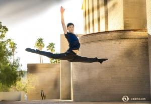 舞蹈演員黃瑞倫在圖森音樂廳外凌空騰躍。(攝影:小林健司)
