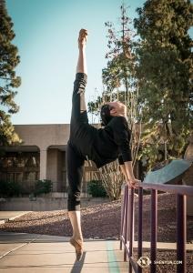 領舞演員秦歌說過她最喜歡的舞蹈道具是絲扇。她在2008年加入神韻,詳見專題文章:http://zh-tw.shenyun.com/news/view/article/e/yzHWq3zbGx4/principal-dancer-melody-qin-interview-taste-of-life.html(攝影:小林健司)