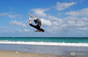 舞蹈演員黑兹尔在海灘上騰躍。(攝影:董美婧)