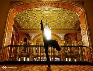 藝術團抵達羅德島普羅維登斯表演藝術中心,演員黃柏瑞在富麗堂皇的前廳舒展身姿。(攝影:鈴木銳)