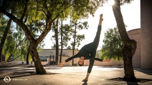 I ballerini della Shen Yun New York Company si divertono al di fuori della Tucson Music Hall. Durante questo tour sono stati in così tanti luoghi che a volte si sentono 'sotto sopra' (foto del primo ballerino Kenji Kobayashi)