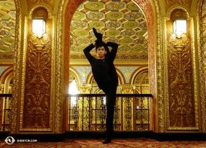 All'arrivo a Rhode Island, il ballerino Joe Huang posa nell'elaborato atrio del Providence Performing Arts Center (foto del ballerino Suzuki Rui)