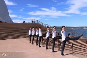重新沐浴著陽光,神韻國際藝術團的舞蹈演員們在悉尼歌劇院外列隊問道:「你買票看神韻了嗎?」(攝影:舞蹈演員趙熠軒)
