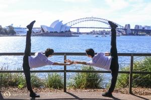 悉尼港另一端,舞蹈演員作出了對稱造型。(攝影:趙熠軒)