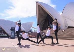 舞蹈演員在悉尼歌劇院著名的貝殼狀屋頂前擺出高低起伏的造型。這座歌劇院用了14年修建完工!(攝影:趙熠軒)