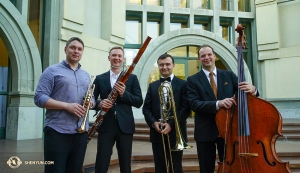 Mitglieder des Shen Yun-Orchesters vor dem California Center for the Arts in Escondido. Von links nach rechts Solo-Trompeter Vladimir Zemtsov, Solo-Fagottist Aleksander Velichko, Solo-Posaunist Pavlo Baishev und Solo-Kontrabassist Juraj Kukan. (Foto: Perkussionistin Tiffany Yu)