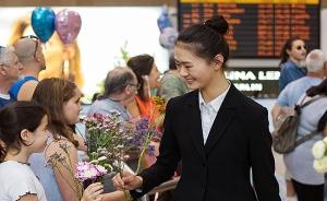 A warm reception by local Shen Yun fans in Tel Aviv, Israel.