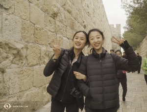 Eerste danseressen Angelia Wang (links) en Melody Qin in het Oude Stadsdeel van Jeruzalem. (Foto door Tiffany Yu)