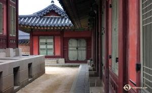 Коллектив Shen Yun International Company приехал, чтобы дать десять концертов в четырёх городах, но артистам всё же удалось найти время для знакомства с королевскими дворцами династии Чосон. (Автор фото – оператор Энни Ли)