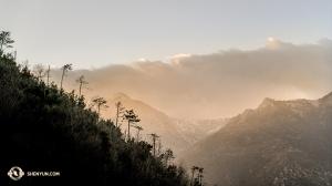 Путешествуя по Европе, мы едем из одной страны в другую, а затем иногда возвращаемся. Солисту Кэндзи Кобаяси удалось запечатлеть величественные Альпы по дороге из Швейцарии во Францию. (Автор фото – Кэндзи Кобаяси)