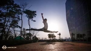Тем временем за стенами Культурного центра Ульсан танцор Скот Сюй также выполняет растяжку. (Автор фото – танцор Ник Чжао)