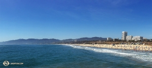 По пути из Коста-Месы в Таузанд-Окс коллектив Shen Yun World Company сделал остановку у пляжа Санта-Моники. (Автор фото – оператор Реджина Дун)