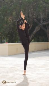 Танцовщица Лиз Лу выполняет растяжку рядом с театром Bridges Auditorium в Клермонте, штат Калифорния. (Автор фото – танцовщица Стефани Го)