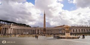 На огромной площади Святого Петра мы восхищались древним египетским обелиском и прекрасными фонтанами. (Автор фото – Кэндзи Кобаяси)