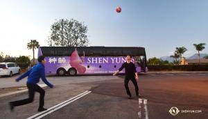 После двух с половиной дней езды в автобусе до Калифорнии танцоры Лео Ли и Роки Ляо достали футбольный мяч и наслаждаются тёплой погодой. (Автор фото – танцор Бэнь Чэнь)
