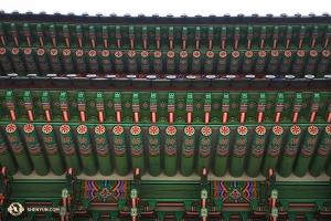 Великолепные цветные детали Дворца Кёнбок в Сеуле. (Автор фото – Энни Ли)