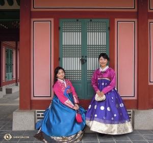 Линда Ван, исполнительница на эрху, и японская ведущая Сянмэй гармонично вписались в атмосферу зданий, построенных в 1395 году.