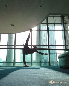После осмотра достопримечательностей танцовщица Оливия Чан за кулисами выполняет растяжку перед первым шоу в южнокорейском Культурном центре Ульсан. (Автор фото – танцовщица Кэсинь Ли)