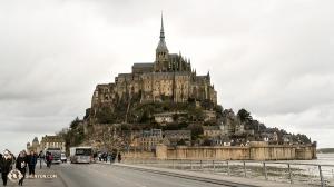 Во Франции, проезжая через Нормандию, мы увидели знаменитый Мон-Сен-Мишель. На крошечном острове, где стоит замок, проживает всего 50 человек! (Автор фото – перкуссионистка Тиффани Юй)