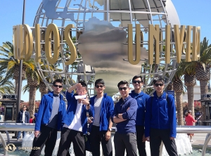 Visiting California would not be complete without a visit to Universal Studios. Dancer Chad Chen, dancer Ben Chen, dancer Leo Lee, L.A. guide Sam Pu, dancer Jun Liang, and dancer Daniel Sun (L to R) visit the famous L.A. theme park on their day off from performing at the Microsoft Theater. (Photo by production manager Gregory Xu)