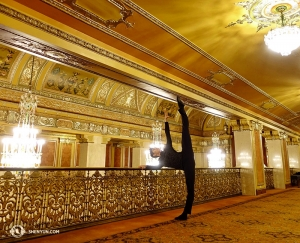 Danser Joe Huang poseert in de lobby van het Benedum Center for the Performing Arts in Pittsburgh, Pennsylvania.