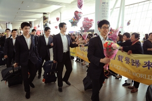 It's good to be home. The Shen Yun Touring Company is greeted by fans at the airport upon arrival back in New York. (Photo by the Epoch Times)