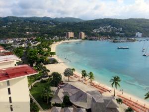 Скрипачка Рейчел Чэнь, проведя пять месяцев турне в относительно холодных странах, решила, что самое время отправиться в отпуск куда-нибудь в тропики. Вид из её номера на ямайский курорт Очо-Риос.