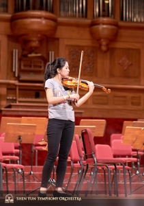 Violin soloist Fiona Zheng gets a feel for the hall.