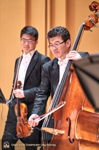 Violinist Wesley Zhou and bassist Wei Liu are ready for the evening performance.