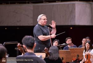 Der Dirigent Milen Nachev leitet die Probe.