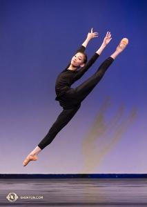 """Spoludržitelka zlaté medaile v divizi juniorek, Nara Cho, a její skok """"Pták ohnivák""""."""