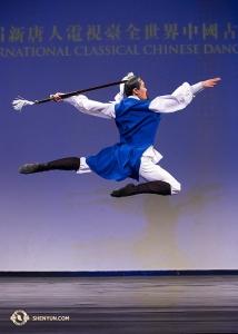"""Monty Mou jako Li Bai, """"nesmrtelný básník"""". (Spoludržitel zlata v divizi mužů)"""