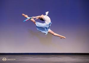 """Bella Fan a její skok """"let ptáka ohniváka""""."""