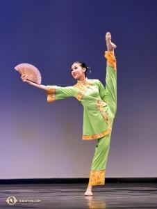 Tanec s vějířem s názvem <em>Podzimní vánek</em> v podání Anny Huang.