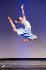 Taneční číslo Belly Fan s názvem <em>Víra</em> zobrazuje praktikující Falun Dafa.