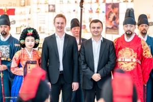 1. Fagottist Aleksander Velichko (li.) und Bassposaunist Pavlo Baishev posieren mit Koreanern in der traditionellen Kleidung der Monarchen.
