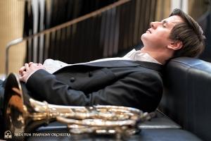 Hornist Andrei Bekhterevs tankt auf vor der Aufführung …