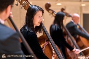 Kontrabasistka Juexiao Zhang podczas próby jej sekcji na scenie. To jej trzeci sezon koncertujący z orkiestrą symfoniczną.