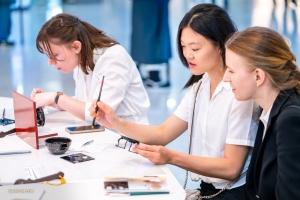 V.l.: Oboistin Leen de Blauwe, Pipa-Spielerin Miao-Tzu Chiu und Bratschistin Paulina Cha versuchen sich am Incheon International Airport an traditionellen koreanischen Kunsthandwerken.