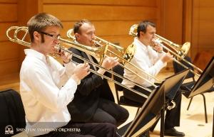 Die Posaunenabteilung übt gemeinsam vor der Probe. V.l.: Alistair Crawford (1. Posaunist), Ivan Agarkov und Pavlo Baishev (Bassposaunist).