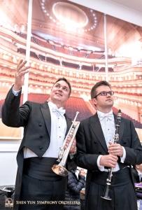 Zurück in Amerika betrachten der Trompeter Vladimir Zemtsov und der 1. Klarinettist Jewgeniy Reznik die Pracht des Stern Auditoriums der Carnegie Hall … hinter der Bühne.