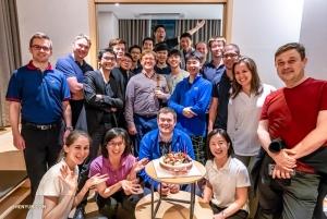 Orchestermitglieder feiern den Geburtstag des 1. Trompeters Eric Robins in Seoul.