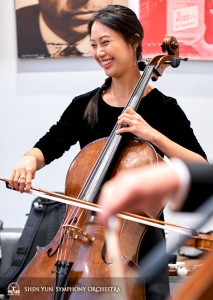 Die Cellistin Yu-chien Yuan entspannt sich und freut sich auf das Konzert.