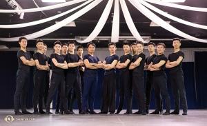 Buon anno dalla più recente delle compagnie di Shen Yun! Qui i ballerini sono ritratti prima del loro primo spettacolo, il 2 gennaio a Spartanburg in South Carolina.